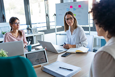 Businesswomen during meeting in an office - p300m2245965 by Josep Suria