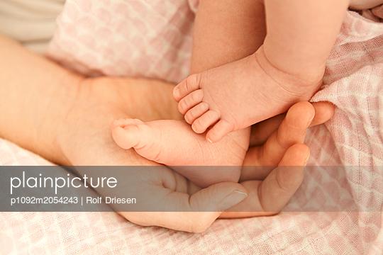 Babyfüße in der Hand der Mutter - p1092m2054243 von Rolf Driesen