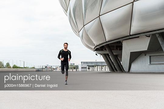 Man running at stadium - p300m1586967 von Daniel Ingold