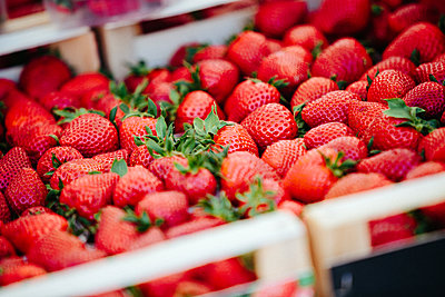 Strawberries at Farmers' market - p1166m2194009 by Cavan Images