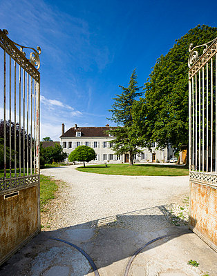 Einfahrt in den Schlosshof - p248m710429 von BY