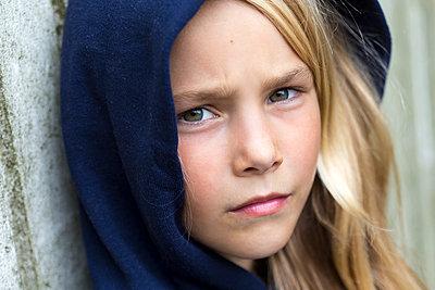Portrait of unhappy blond girl - p300m2070579 by Jana Fernow
