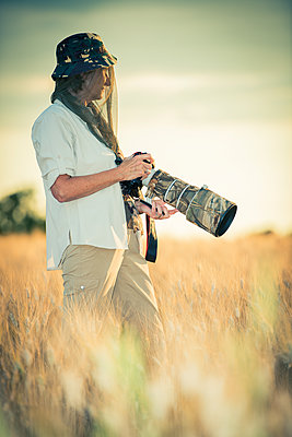 Female photographer with telephoto lens - p829m1110825 by Régis Domergue