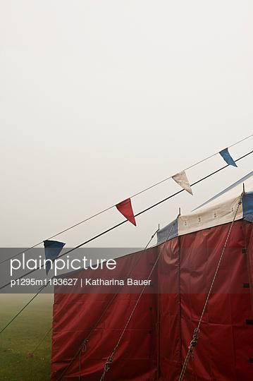 Zirkuszelt im Nebel - p1295m1183627 von Katharina Bauer