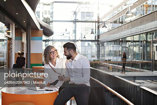 plainpicture - plainpicture p426m2097962 - Smiling business colleagues... - DEEPOL by plainpicture