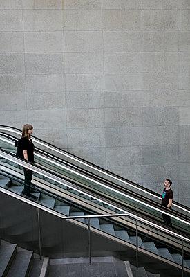 Mann und Frau auf der Rolltreppe im Bahnhof PP II - p1212m1137089 von harry + lidy