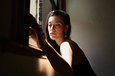 Frau am Fenster - p1446m1526187 von annaazarov