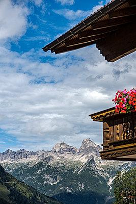 Lechtaler Alpen in Bschlabs, Österreich mit Bergütte - p177m1183483 von Kirsten Nijhof