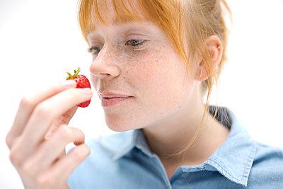 Erdbeeren naschen - p276m1133008 von plainpicture
