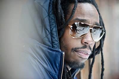 Black man wearing sunglasses - p555m1306064 by Smith Photographers