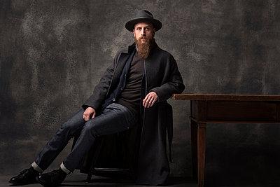 Man with hat, portrait - p947m2175988 by Cristopher Civitillo