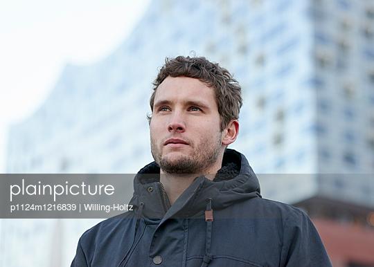 Mann vor der Elbphilharmonie - p1124m1216839 von Willing-Holtz