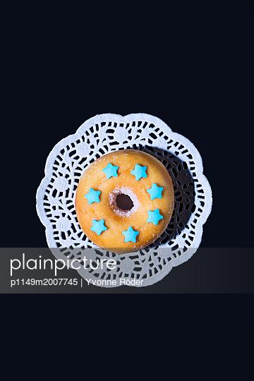 Donut mit Zuckersternen - p1149m2007745 von Yvonne Röder
