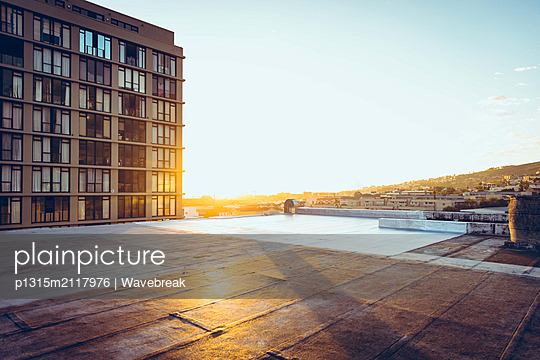Rooftop and a building - p1315m2117976 by Wavebreak