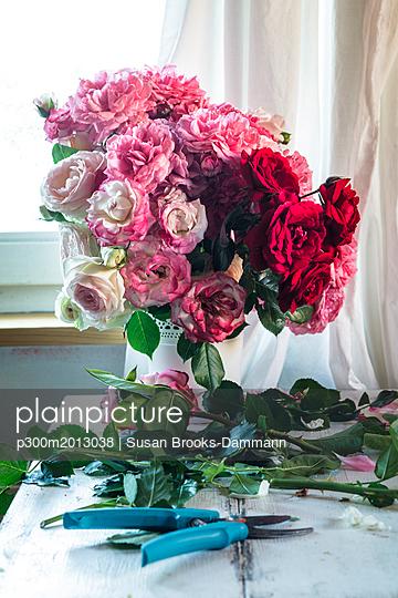 Bunch of roses in vase - p300m2013038 von Susan Brooks-Dammann