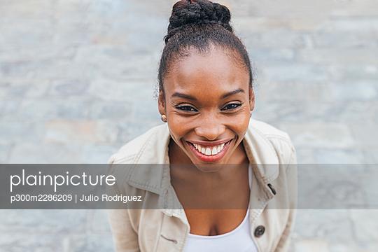 Black woman street lifestyle, Seville, Spain - p300m2286209 von Julio Rodriguez