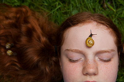 die Schnecken besucht das Mädchen - p045m1461178 von Jasmin Sander