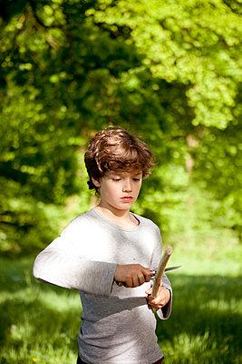 Junge beim Holz schnitzen - p1195m1138132 von Kathrin Brunnhofer