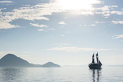 Segelboot in einsamer Bucht - p1273m1556530 von melanka