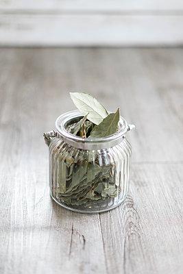Bay leafs in jar - p300m2298718 by VITTA GALLERY