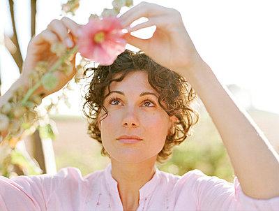 Frau mit Stockrose - p8250042 von Andreas Baum