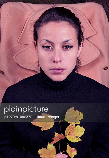 Frau im Herbst - p1279m1092372 von Ulrike Piringer