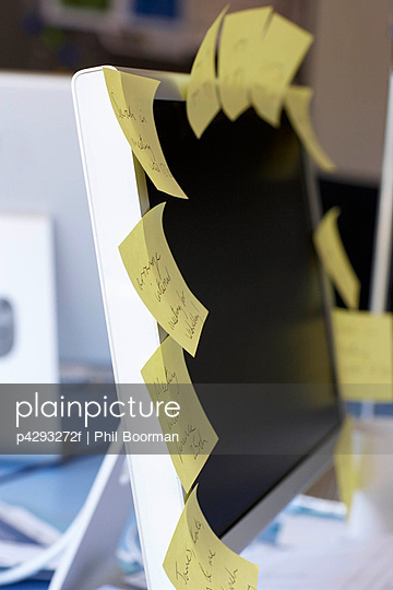 Post it notes on computer screen