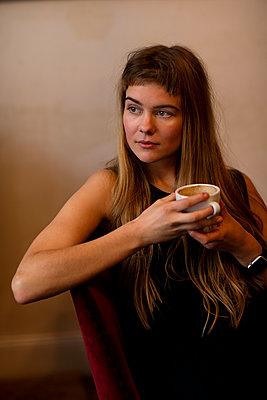 Junges Frau auf Sofa mit Kaffeetasse - p1212m1084147 von harry + lidy