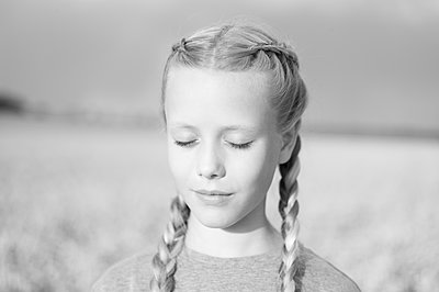 Porträt Mädchen mit Zöpfen - p552m2100571 von Leander Hopf