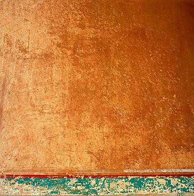 Gestrichene Wand - p949m658100 von Frauke Schumann