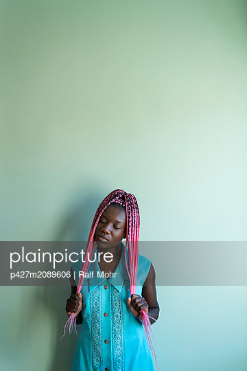 Young african woman with dreadlocks - p427m2089606 by Ralf Mohr
