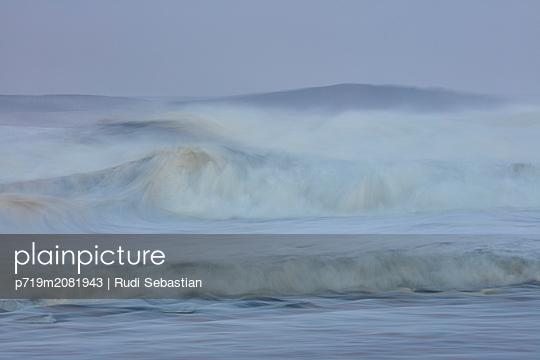 Strand und Wellen in Nazaré - p719m2081943 von Rudi Sebastian
