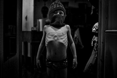Dünner Junge mit nacktem Oberkörper - p1169m1032677 von Tytia Habing