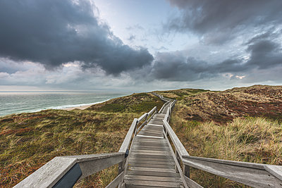 Germany, Schleswig-Holstein, Sylt, Wenningstedt, boardwalk to the beach - p300m2042147 by Kerstin Bittner