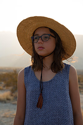 Girl with straw hat in the Sonoran Desert, Palm Springs - p756m2211787 by Bénédicte Lassalle