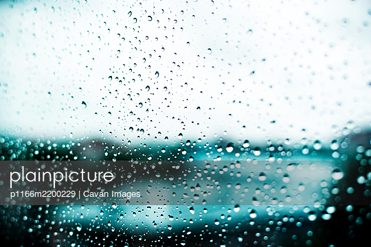 Rain drops on a window in cold weather - p1166m2200229 by Cavan Images