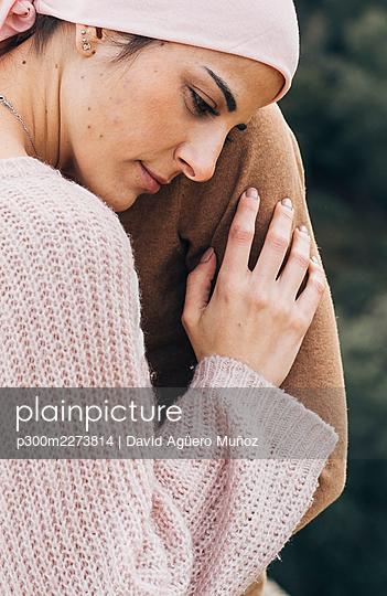 Sad woman leaning head on boyfriends shoulder - p300m2273814 by David Agüero Muñoz