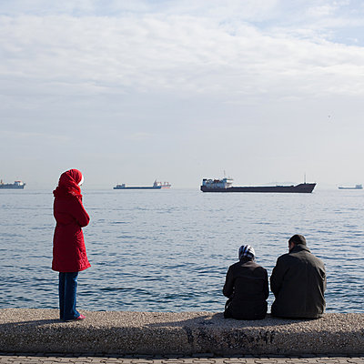 Turkish family at the Marmara sea - p1138m971478 by Stéphanie Foäche
