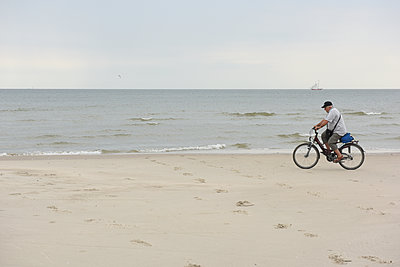 Cycling on the beach - p1354m2285007 by Kaiser