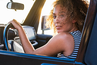 Portrait of young car driver - p300m1191775 by Simona Pillola