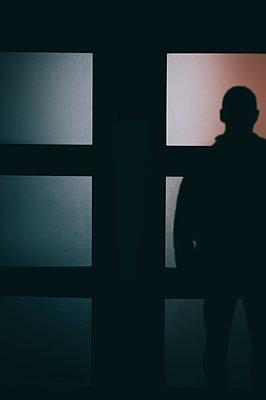 Mann am Fenster - p794m949580 von Mohamad Itani