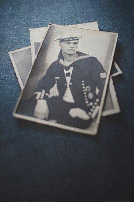 Stapel alter Fotos eines jungen Marinesoldaten - p946m938939 von Maren Becker