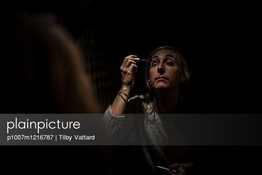 Person schminkt sich die Augen - p1007m1216787 von Tilby Vattard
