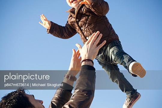 A FatherThrowsHer BabyIn The Air (En far kastar sitt barn i luften ) - p847m673614 by Michael Skoglund
