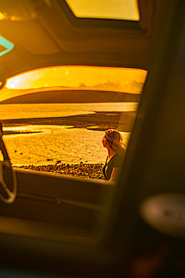 Sunset seen from the car, New Zealand - p1455m2204896 by Ingmar Wein
