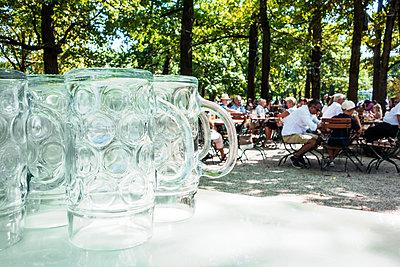 Biergarten - p354m1215322 von Andreas Süss