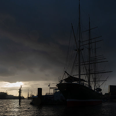 Sailing ship at the port at twilight, Hamburg - p1624m2195935 by Gabriela Torres Ruiz