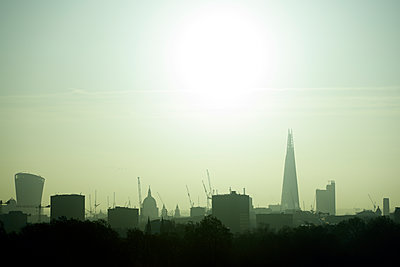 UK, London, skyline with 20 Fenchurch Street, St Paul's Cathedral and The Shard in backlight - p300m1356137 by Biederbick&Rumpf