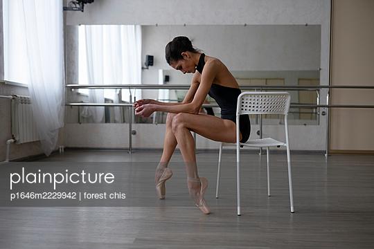 Ballerina macht eine Pause - p1646m2229942 von Slava Chistyakov