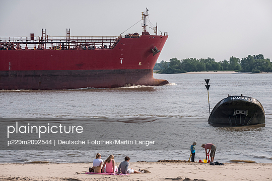 At the elbe river - p229m2092544 by Martin Langer